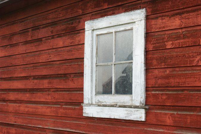 Fönster i behov av att målas om.